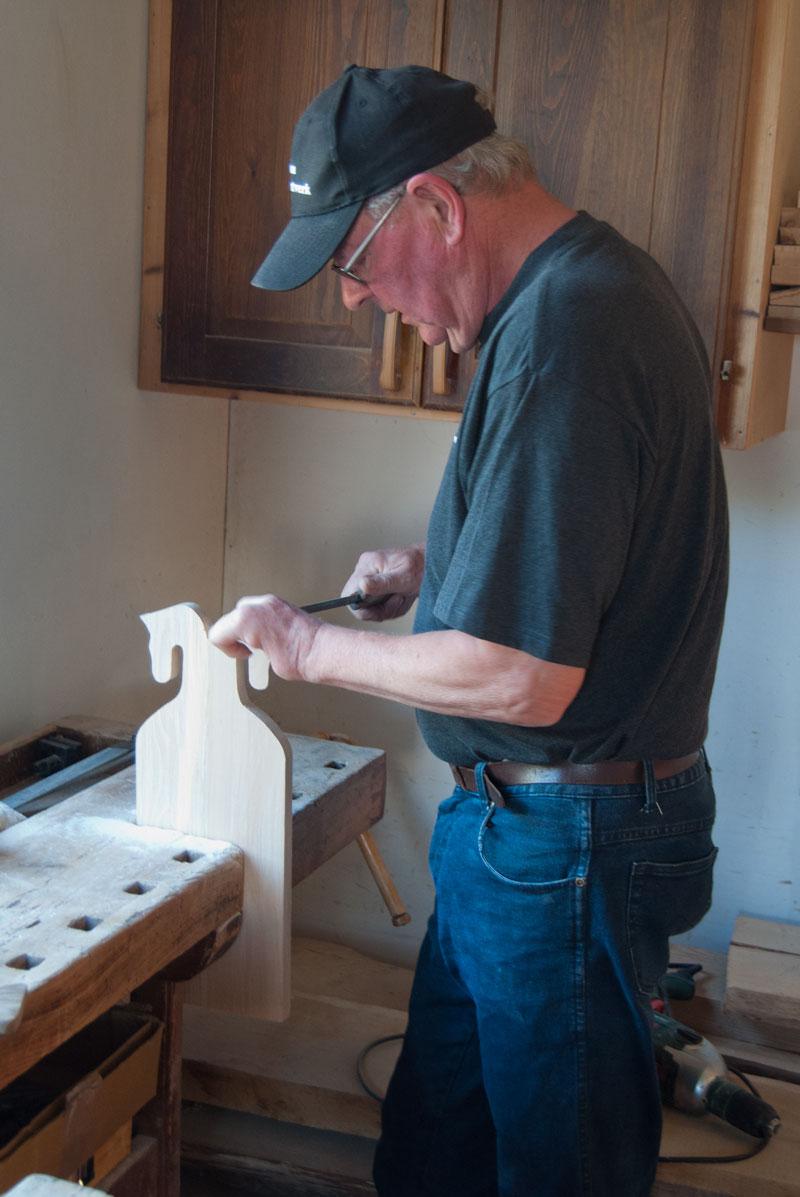Snickaren Ewe tillverkar gotländska häst-skärbräden